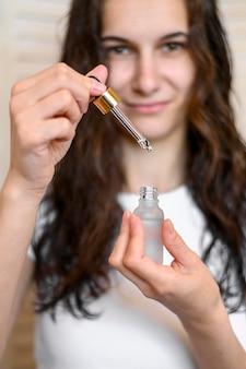 Femmina con siero per capelli