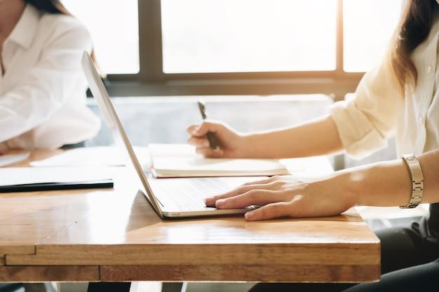 컴퓨터 노트북 및 노트북, 블로그 글을 쓰는 기사와 여성 작업.