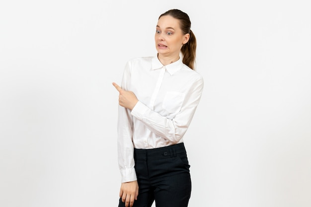 Работница в элегантной белой блузке с растерянным лицом на белом