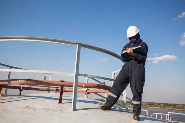여성 작업자 검사 시각 지붕 저장 탱크 오일 프리미엄 사진