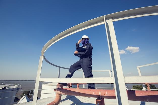 여성 작업자 검사 시각 지붕 저장 탱크 오일