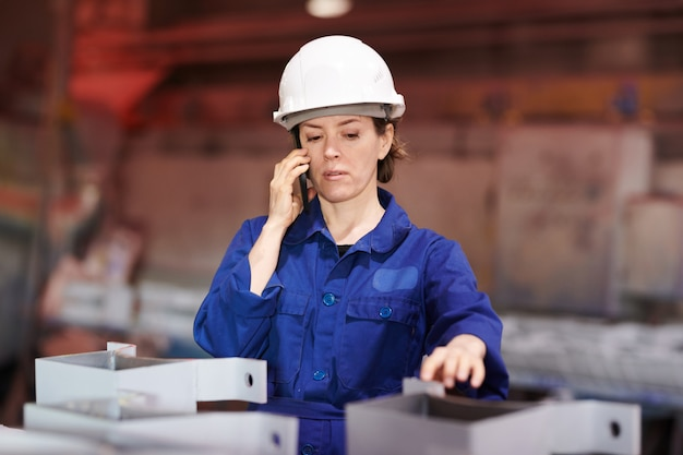Работница разговаривает по телефону