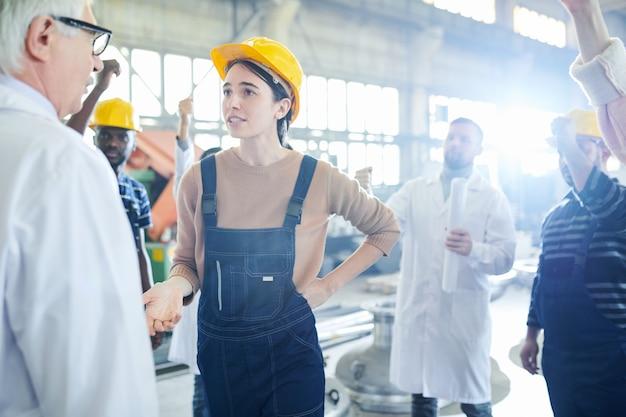 상사에 게 이야기하는 여성 노동자