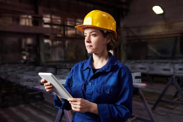 워크숍에서 태블릿을 사용 하여 여성 노동자