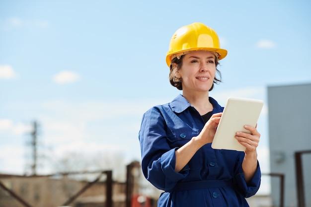 야외에서 태블릿을 사용 하여 여성 노동자