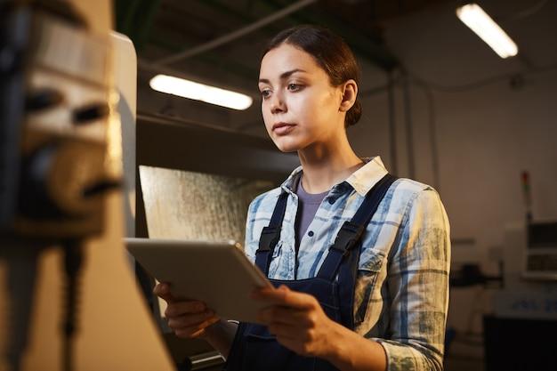 공장에서 태블릿 pc를 사용 하여 여성 노동자