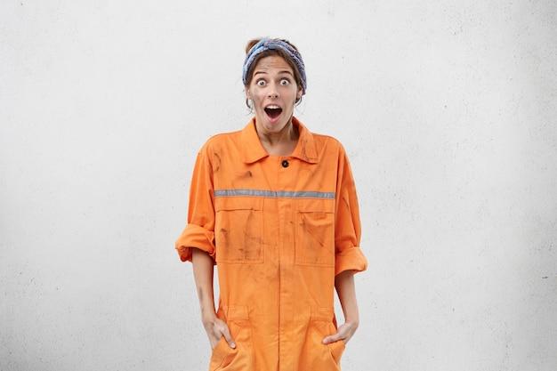 作業服を着た女性労働者