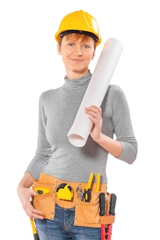 ツールと大きなロールブループリントを持つ女性労働者