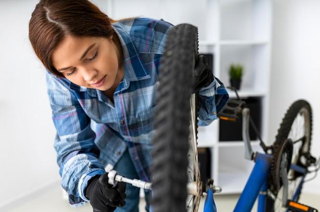 자전거에서 일하는 여성