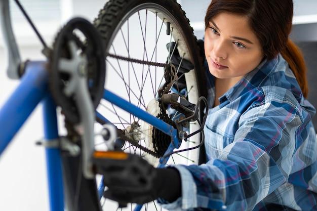 Donna che lavora in bici