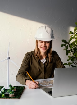 Donna che lavora per progetti ambientali