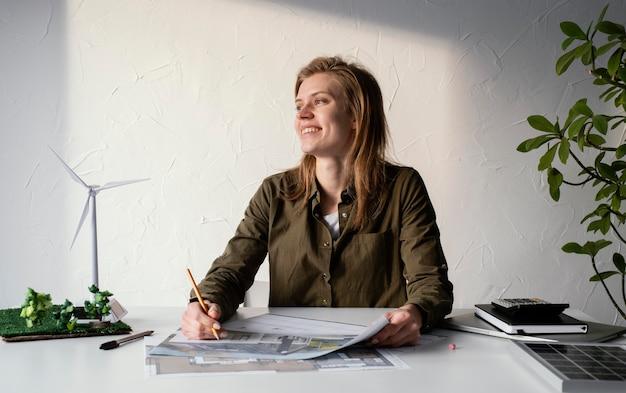 環境プロジェクトの肖像画のために働く女性