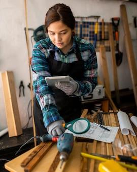 Donna che lavora in officina con lente d'ingrandimento