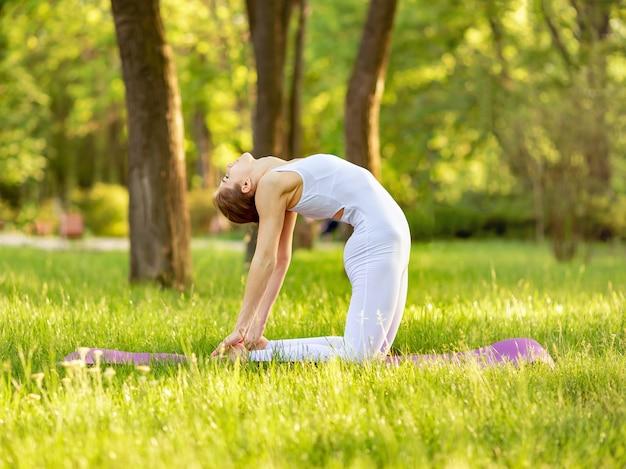 Женская тренировка на коврике для йоги