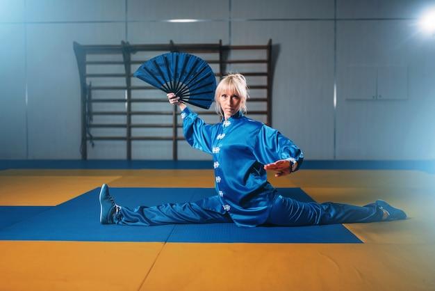 Женские упражнения мастера ушу с веером, боевое искусство