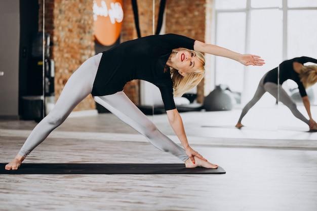 체육관에서 운동하는 여성 요가 강사