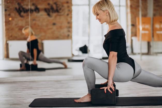 Istruttore di yoga femminile che si esercita in palestra