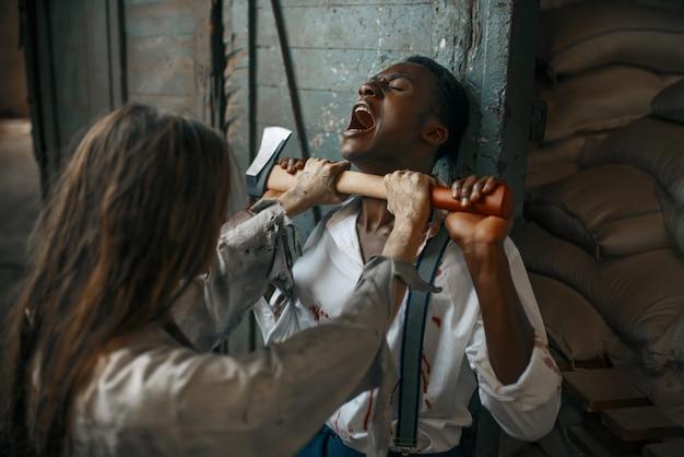 斧を持つ女性ゾンビが男を襲った