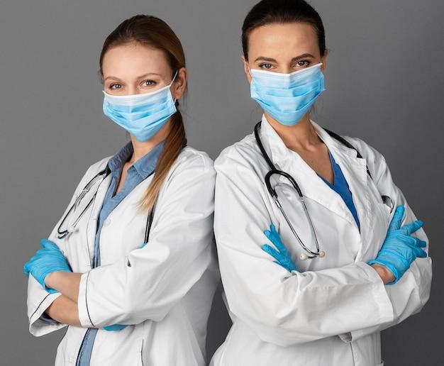 Medico delle femmine all'ospedale che indossa la maschera