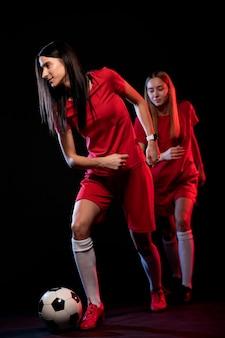 Женщины футболисты бегут