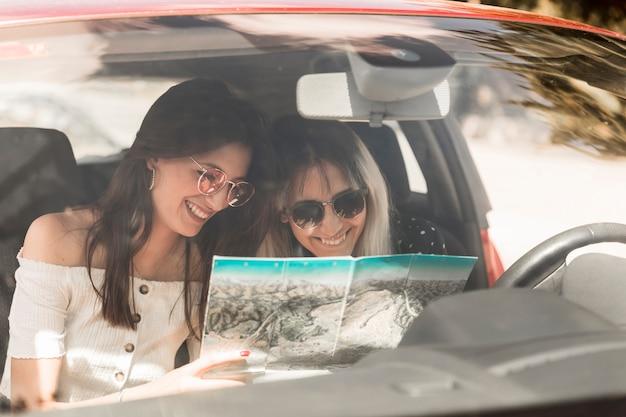 지도를보고 차에 앉아 휴가 여행에 여성