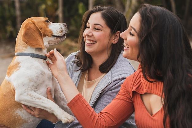Le femmine giocano con il cane