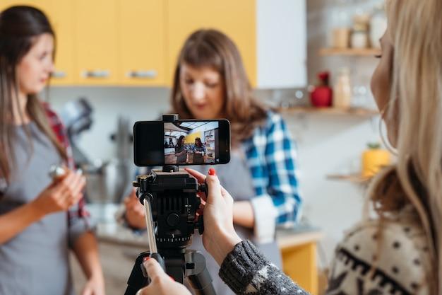 여성 촬영 조리 과정 전화 카메라