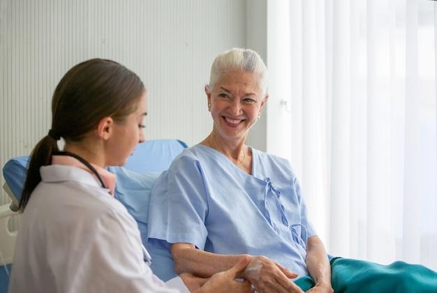 女性医師と高齢患者、年配の女性に健康診断を行う女性医師