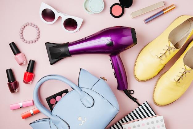 핸드백, 헤어 드라이어와 여성 액세서리 콜라주; 신발 및 미용 제품. 평평한 평지, 평면도. 파스텔 컬러의 패션 컨셉