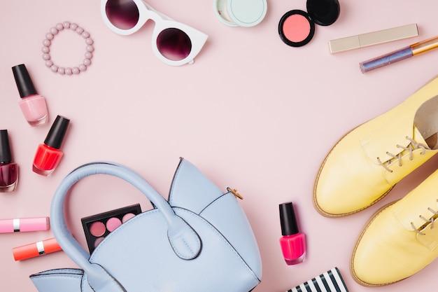 여성용 액세서리는 핸드백, 신발 및 미용 제품과 콜라주. 평평한 평지, 평면도. 파스텔 컬러의 패션 컨셉