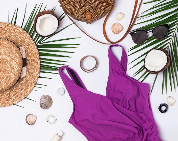 白い背景の上の夏の休暇のためのフェミニンなアクセサリー