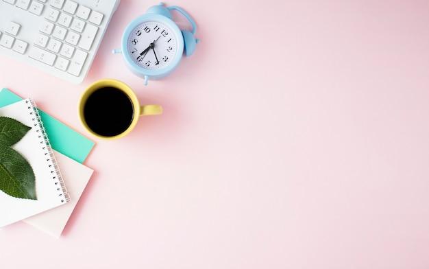 사무용품, 기술 기기, 스마트 폰 및 분홍색 꽃이있는 여성스러운 배너 또는 상점 헤더