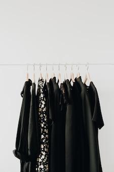 옷걸이에 여성 옷.