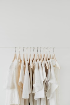 Женственная одежда на вешалке.