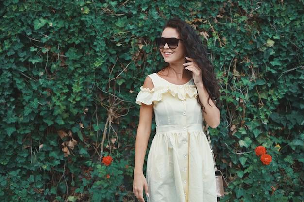 Женская свежая модель солнцезащитных очков с сияющей белой улыбкой