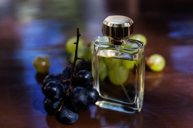 Женский стеклянный флакон духов с виноградом