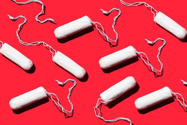 빨간색 배경에 여성 위생 탐폰 생리 개념