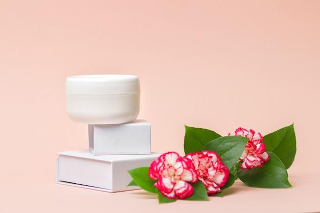 Женское гигиеническое средство по уходу за кожей на светло-розовом