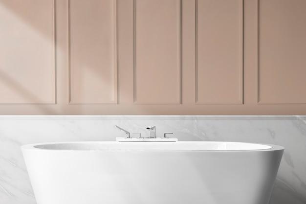 ピンクの壁の羽目板とフェミニンな豪華なバスルームのインテリアデザイン