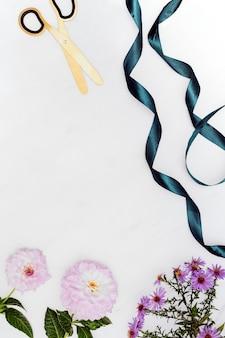 흰색 바탕에 장식된 여성용 장식품