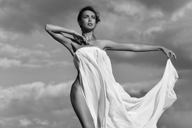 흰색 섹시 드레스에 슬림 바디와 여성 관능적 인 여자