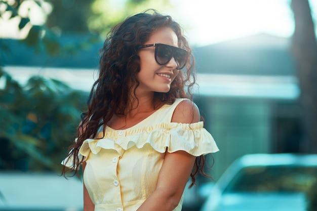 Женский портрет молодой красивой модной женщины, позирующей