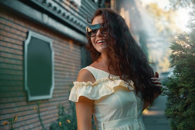 若いかなりトレンディな女性がポーズのフェミニンな女性の肖像画