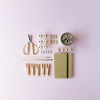 여성용 작업 용품 : 공예 일기, 연필 상자, 붓, 황금 가위, 스풀, 분홍색 핀.