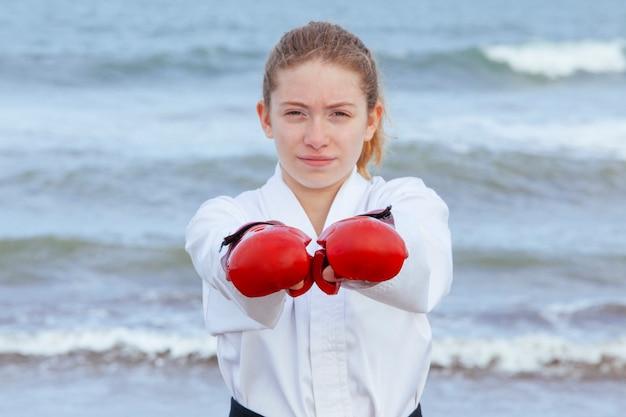 Феминистка тренируется пробивать белое кимоно