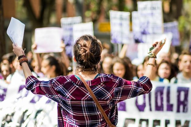 Феминистский марш в честь женского дня борется за права женщин с баннерами