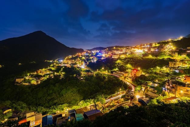 雨の日、台湾の山と九fen村