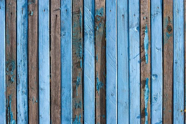 釘の列と狭い古い青い板の柵