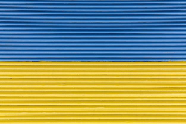 Забор покрашен как украинский флаг
