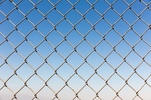 푸른 하늘에 울타리 Rabitz 근접 촬영 프리미엄 사진
